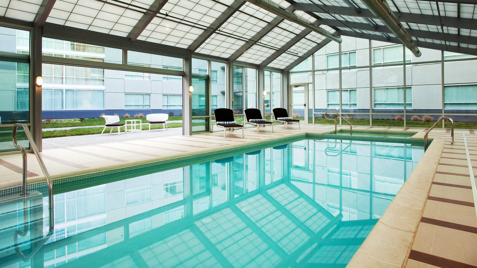 Swimming Pool | Sheraton Valley Forge Hotel